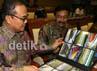 Menteri Pemuda dan Olah Raga, Andi Alifian Mallarangeng (kanan) didampingi Gubernur Riau, Rusli Zainal (kiri) melihat foto-foto pembangunan sarana PON Riau 2012 sebelum rapat dimulai. Ramses/detikcom.