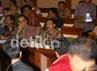 Anggota Komisi X mendengarkan penjelasan dari Menteri Pemuda dan Olah Raga, Andi Alifian Mallarangeng (kanan) yang didampingi Gubernur Riau, Rusli Zainal (kiri). Ramses/detikcom.