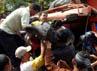 Warga berhasil mengevakuasi sopir truk.