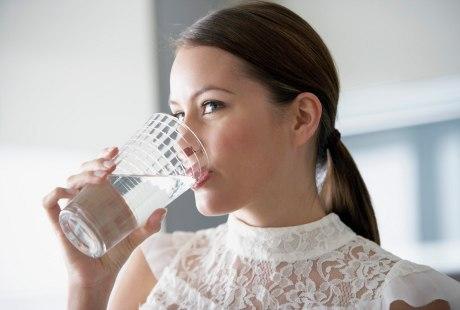 Ini Manfaatnya Minum Air Putih Hangat di Pagi Hari