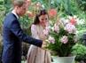 William dan Kate melihat bunga yang dinamai Vanda William Catherine. (Willy Anthony Pukarta).