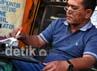 Rudi (42) warga kawasan Dukuh Kupang ini telah puluhan tahun menjalankan profesinya sebagai jasa reparasi mesin ketik. Bersama sang kakak Hani (49) keduanya menceritakan suka duka membuka jasa reparasi mesin ketik dari usaha ayahnya Almarhum Jamil, di kios sederhana Jalan Embong Malang, Surabaya.