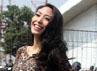 Dibalut dress motif leopard yang disentuh dengan stocking oranye dan wedges coklat, Ayu Dewi berpose di depan kamera. Gus Mun/detikHOT.