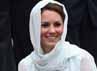 Kate tampil memakai kerudung saat mengunjungi mesjid As-Syakirin di KLCC, Kuala Lumpur, Malaysia, pada hari ini, Jumat (14/9/2012). Chris Jackson/Getty Images.