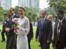 Pasangan tersebut  berjalan di depan Petronas Twin Towers di Kuala Lumpur, Malaysia, Jumat (14/9/2012). REUTERS/Stringer.