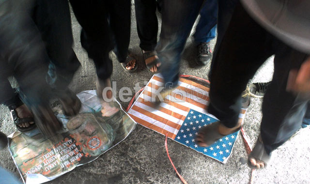 Kutuk Innocence of Muslim, Pendemo Injak-injak Bendera AS