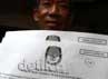 Warga Kalibata Timur menunjukkan surat C-6 yang bagikan KPUD untuk mencoblos pada Pilkada DKI Jakarta putaran kedua.