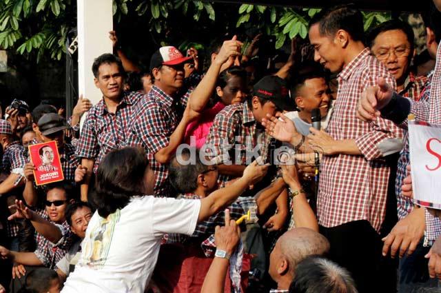 Jokowi Dikerubuti Ratusan Pendukungnya