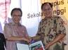 Menteri Perumahan Rakyat (Menpera), Djan Faridz turut hadir. Kehadiran Djan juga untuk meninjau pembangunan Rumah Susun Sewa (Rusunawa) bagi mahasiswa. Rumah susun tersebut menjadi bagian dari master plan pembangunan kampus STP di Karawang. (dok KKP)