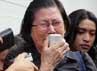 Ibunda Yun Hap menangis mengenang kematian anaknya. Ia melakukan tabur bunga sambil mendekap foto anaknya.