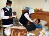 Petugas Tim Kesehatan Haji Indonesia (TKHI) dari Surabaya Jawa Timur memeriksa jamaah yang mengalami sakit akibat kelelahan.