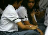 Para siswa mengenakan pita hitam tanda berkabung di lengan. Ramses/detikcom.