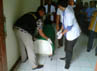 Jenazah Hadi Susanto dimasukkan ke tandu untuk dibawa ke RS Polri, Kramat Jati. (Hendrik I Raseukiy).