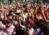 Gubernur Jawa Barat Ahmad Heryawan  mengangkat sebutir telur bersama ribuan pelajar dalam peringatan hari Pangan Sedunia ke-32 di halaman Gedung Sate, Bandung. Raditya