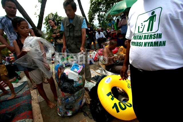 Pengunjung Bersih-bersih Pantai Ancol