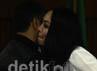 Angelina Sondakh mencium penasehat hukumnya T Nasrullah usai sidang. Ramses/detikFoto.
