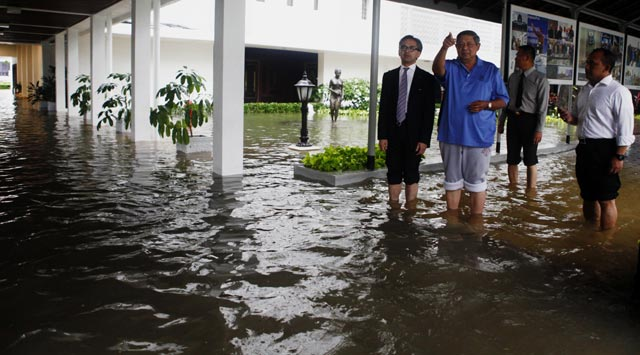 Istana Banjir, SBY Gulung Celana