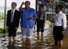 SBY meninjau banjir di Lingkungan Istana Kepresidenan yang mencapai betis orang dewasa. Dudi Anung/Setpres.