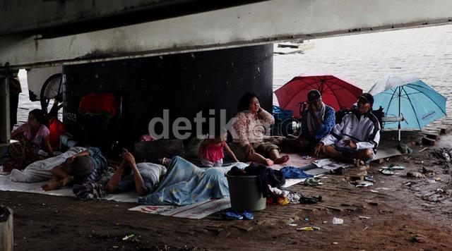 Warga Pedongkelan Mengungsi di Kolong Jembatan