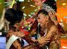 Whulandary resmi menerima mahkota dengan desain terbaru berlapis emas putih PLG serta bertaburkan batu-batuan alam dan mutiara Indonesia dalam grand final Pemilihan Putri Indonesia (PPI) 2013 di JCC, Jumat (1/2/2013) malam. AFP/Bay Ismoyo.