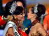 Whulandary (kiri) mendapat ucapan selamat dari Miss Universe 2012, Olivia Culpo (kanan). AFP/Bay Ismoyo.