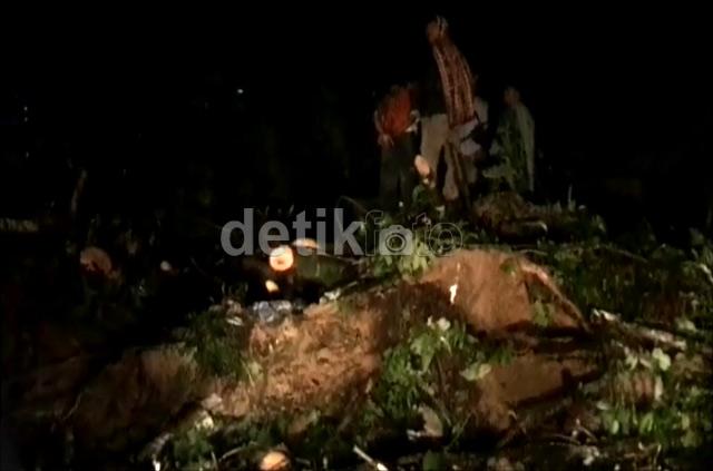 Jalan Lintas Sumatera Tertimbun Longsor