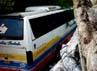 Kecelakaan itu bermula saat bus yang dikemudikan Deden (25), melintas di jalan Raya Ngawi-Magetan. Sesampai di pertigaan Pasar Keras, seorang polisi lalu lintas sedang menyeberangkan mobil Carry dan motor. Karena kaget bus menghindar ke kiri dan terjun di sungai. Arvin Dwi Pranoto/detikFoto.