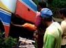 Para penumpang mengevakusi barang-barangnya dari dalam bagasi. Arvin Dwi Pranoto/detikFoto.