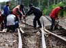 Sejumlah pekerja melakukan proses penggantian bantalan rel kereta, Selasa (19/2/2013).