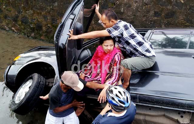Kijang Nyemplung Kali di Bintaro