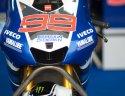 Inilah motor Yamaha sang juara bertahan, Jorge Lorenzo. Sebuah slogan berbahasa Indonesia, Semakin di Depan, masih menghiasi atribut tim biru tersebut.
