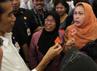 Gubernur DKI Jakarta Joko Widodo mendengarkan penjelasan dari salah satu pengunjung RSU Siloam Lippo Village yang memanfaatkan layanan kesehatan RSU Siloam Lippo Village melalui kartu Jamkesda.