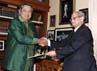 Abdul Salam Al-Abbadi menyerahkan undangan untuk berkunjung ke Yordania kepada Presiden SBY. (Setpres).