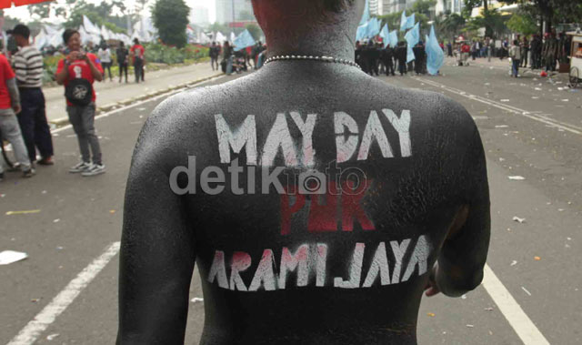 Aksi Unik Peserta Pawai May Day