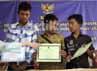 Ketiga pahlawan anak ini diberikan penghargaan dari lembaga negara seperti KPAI, Kemendiknas dan Kemenag. Mereka masing-masing mendapat Rp 1 juta dan sebuah laptop.