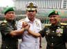 Letjen Moeldoko (kiri) bersalam komando dengan Jenderal Pramono Edhie (kanan) dan Panglima TNI Laksamana Agus Suhartono (tengah).