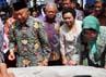 Putri Sulung, Mbak Tutut atau Siti Hardiyanti Rukmana bersama adik Soeharto, H. Probosoetedjo menandatangani sebuah prasasti yang menandai diresmikannya monumen Soeharto.