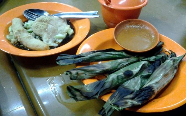 Di Pempek Gaby, aneka menu dihadirkan. Salah satunya otak-otak (@ Rp 2.500) yang bercita rasa lembut-lembut gurih dengan cacahan daun seledri. Hmm, aroma ikannya tersebar bersama wangi bungkus daun pisang yang dibakar.