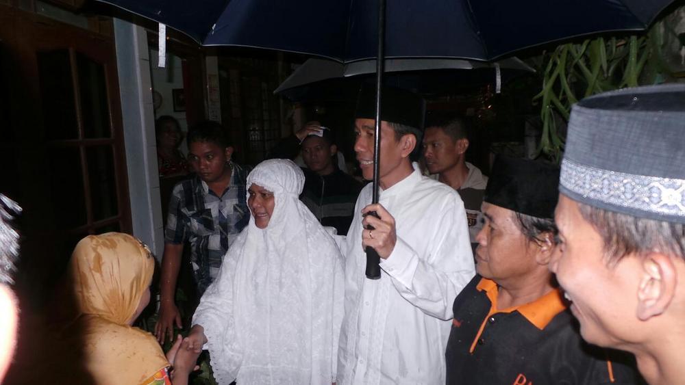 Jokowi Berpayung Berdua Iriana Sapa Warga Menteng Usai Tarawih