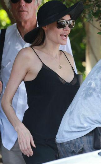 Foto: Penampilan Perdana Jolie dengan Baju Terbuka Pasca Operasi Payudara 1