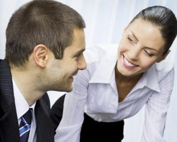 4 Cara Menarik Perhatian Pria Incaran yang Cuek