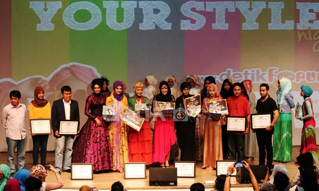 Pose bareng dengan para pemenang dan para finalis Indosat Mentari Hijab Hunt 2013 berseta para sponsor dan pendukung acara.