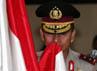 Kapolda Bali Irjen Pol Albertus Julius Benny Mokalu mencium bendera merah putih.