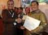 Agus Rahardjo menyerahkan penghargaan E-Procurement Award 2013 kepada Ahmad Heryawan.
