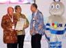 Walikota Surabaya Tri Rismaharini juga menerima penghargaan yang sama.