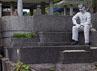 Patung bercat putih itu dengan posisi duduk di atas Alfred Emile Rambaldo.