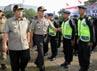Gubernur Jawa Barat Ahmad Heryawan dan Kapolda Jawa Barat Inspektur Jenderal M Iriawan memeriksa pasukan pengamanan Pemilu 2014.