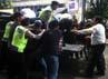 Polisi mengamankan massa anarkis dalam simulasi pengamanan Pemilu 2014.