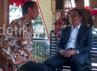 Saat tiba di halaman Ruang Tengah, Wali Kota Bandung Ridwan Kamil langsung menodong Jokowi untuk melihat Bus Bandros.
