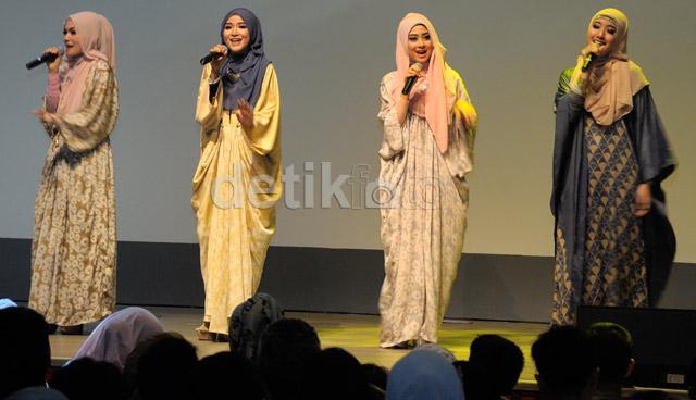 Grup vokal muslimah NOURA nyanyi bareng denngan 5 finalis Hijab Pop Star 2014.